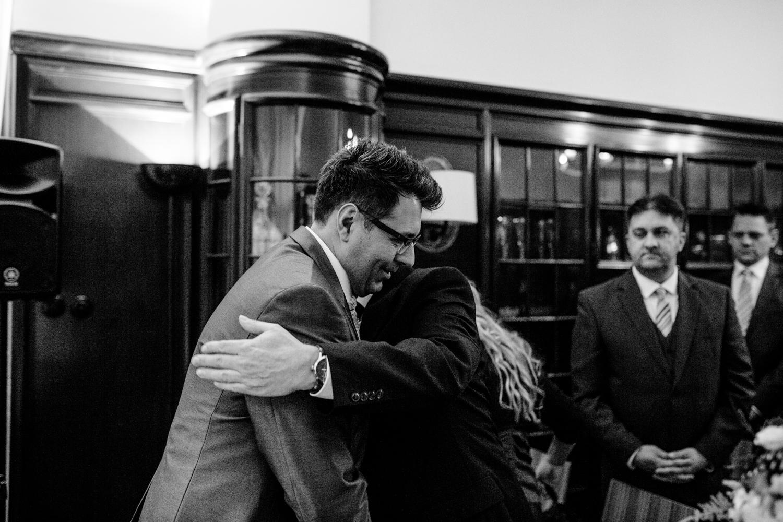 Papa übergibt Braut an Bräutigam